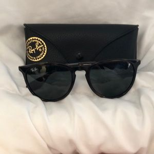 Accessories - Ray-Ban Black colored frames unisex.